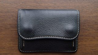 WILDSWANSタングのレビュー。手ぶらで出かけられる、コンパクトで上質な財布の紹介