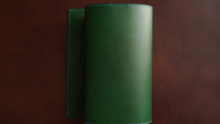 四六判サイズ 革のブックカバー。ブッテーロ グリーンの美しさを堪能できる一品を