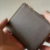 GRAMAS L字ファスナーミニウォレットのレビュー。シュランケンカーフを使ったコンパクトな財布