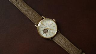 シュランケンカーフの腕時計ベルト。柔らかなシボを装着できる楽しさ。