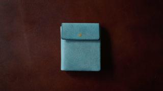 safuji ミニ折財布のレビュー。コンパクトな二つ折り財布の使い勝手に迫る